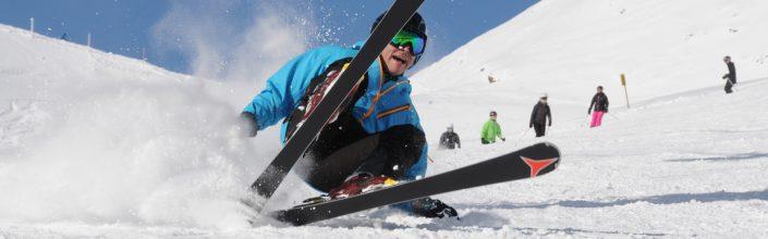 Skifahrer hat Spaß im Schnee